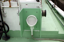福井・越前・釣り船金松丸の男性用トイレ